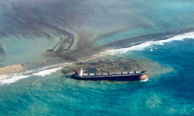 Sur Twitter, le Premier ministre de Maurice, Pravind Jugnauth, a partagé ces images de la marée noire...