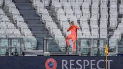 L'absence de supporters lyonnais n'a pas empêché Anthony Lopes de célébrer la victoire avec le