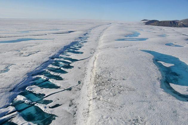Une faille dans le plateau de glace Milne, sur l'île d'Ellesmere, est illustrée sur une...