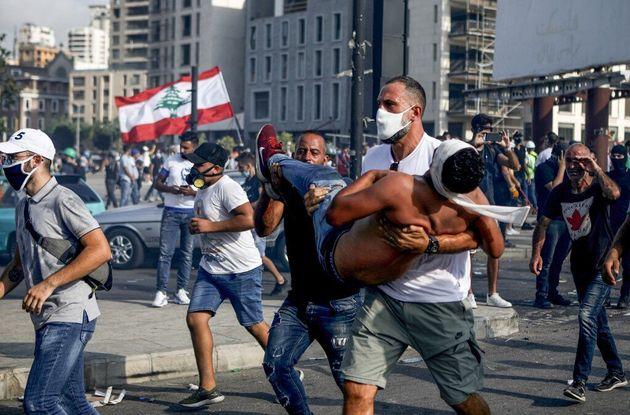 Un homme évacue un manifestant blessé à Beyrouth ce 8 août