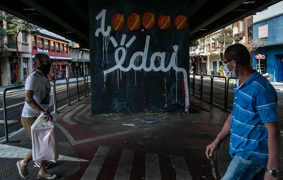Grafite em São Paulo relembra fala de Bolsonaro sobre os mortos por covid em abril, quando o País...