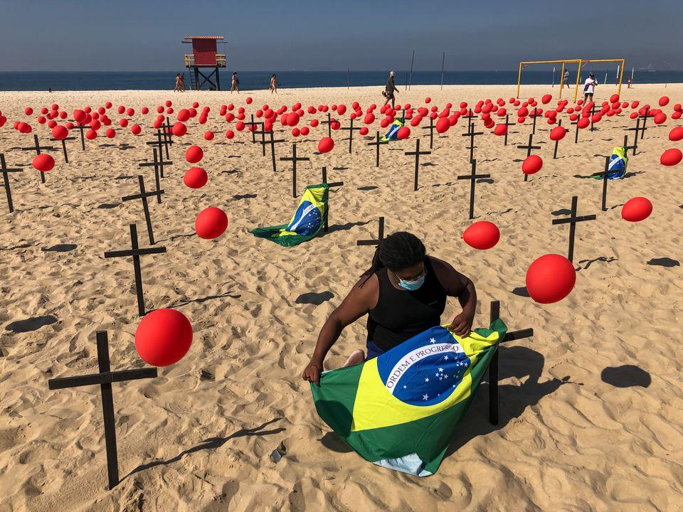 Manifestação organizada na praia de Copacabana pela ONG Rio de Paz neste sábado...