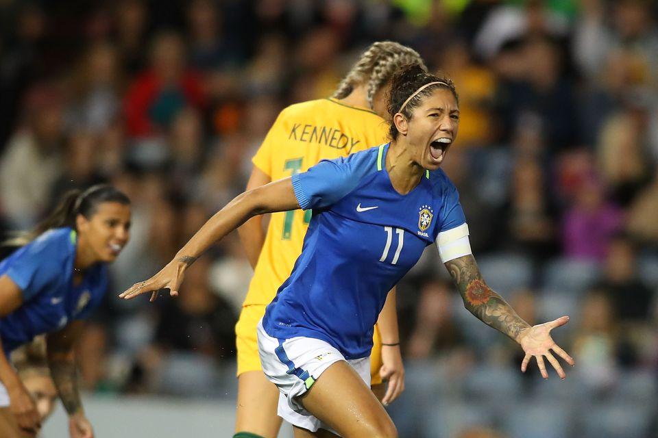 Em 2017, na Copa da Austrália, Cris Rozeira comemora gol do Brasil em jogo contra as