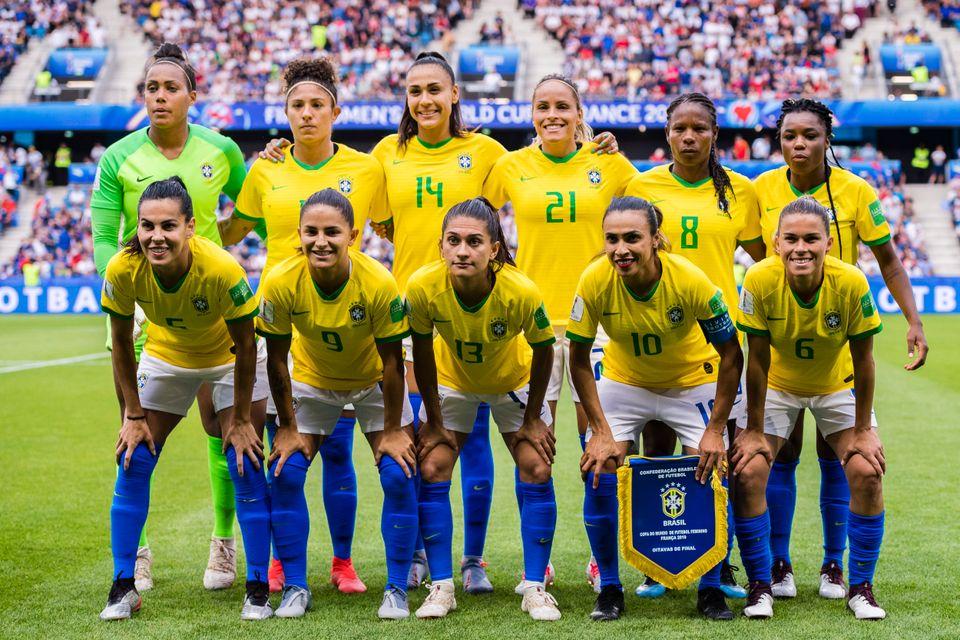Seleção brasileira posa para fotos na Copa da França, em 2019. Da esquerda para...