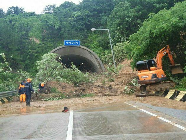 순천완주고속도로 남원방향 사매3터널 입구에서 토사가 유실돼 통행이 금지된 채 복구작업이 진행 중이다.