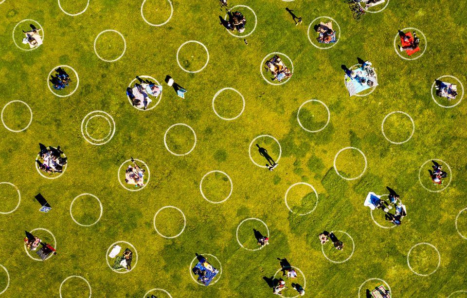(자료사진) 미국 샌프란시스코의 한 공원에 '사회적 거리두기'를 위한 동그라미가 그려져있다. 과학자들은 코로나19의 미래가 불확실성 투성이라고