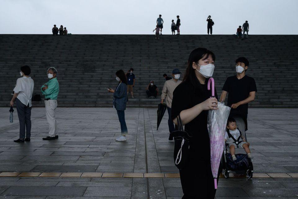 국립중앙박물관 방문객들이 마스크를 착용한 채 입장을 기다리고 있다. 2020년