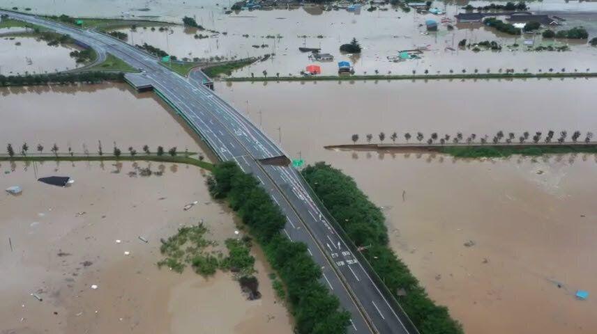 8일 오후 1시쯤 전남 구례군을 지나는 국도 17호선 서시1교 부근에서 도로가 붕괴되면서 차량 통행이