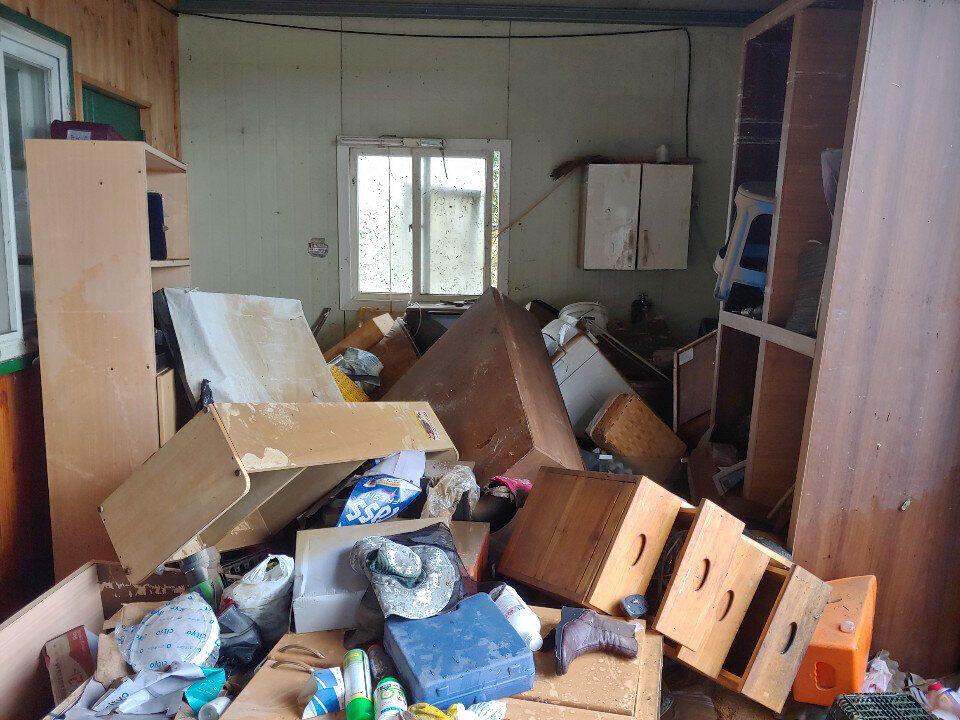 폭우가 그친 9일 오후 전남 구례군 광평마을 한 주택에 침수 피해를 입은 가구들이 널브러져