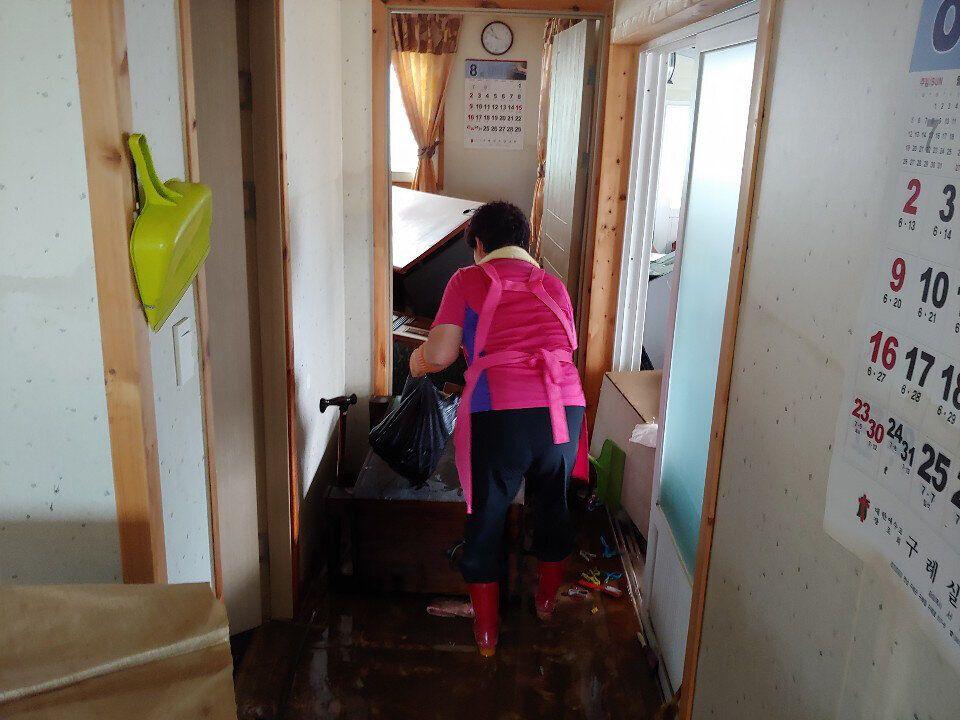 폭우가 그친 9일 오후 전남 구례군 광평마을 한 주택에서 주민들이 침수 피해 현장을 복구하고