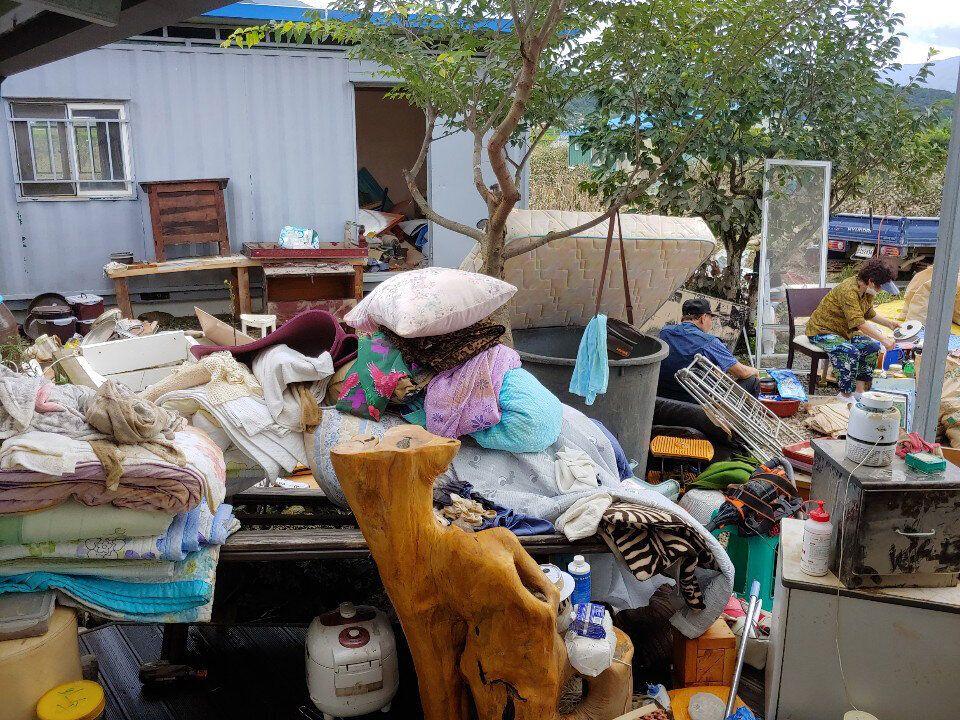 전남 구례군 광평마을 한 집 앞에 물을 가득 먹은 이불들이