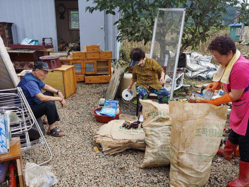 전남 구례군 광평마을에서 주민들이 침수 피해를 입은 집을 복구하다 지쳐