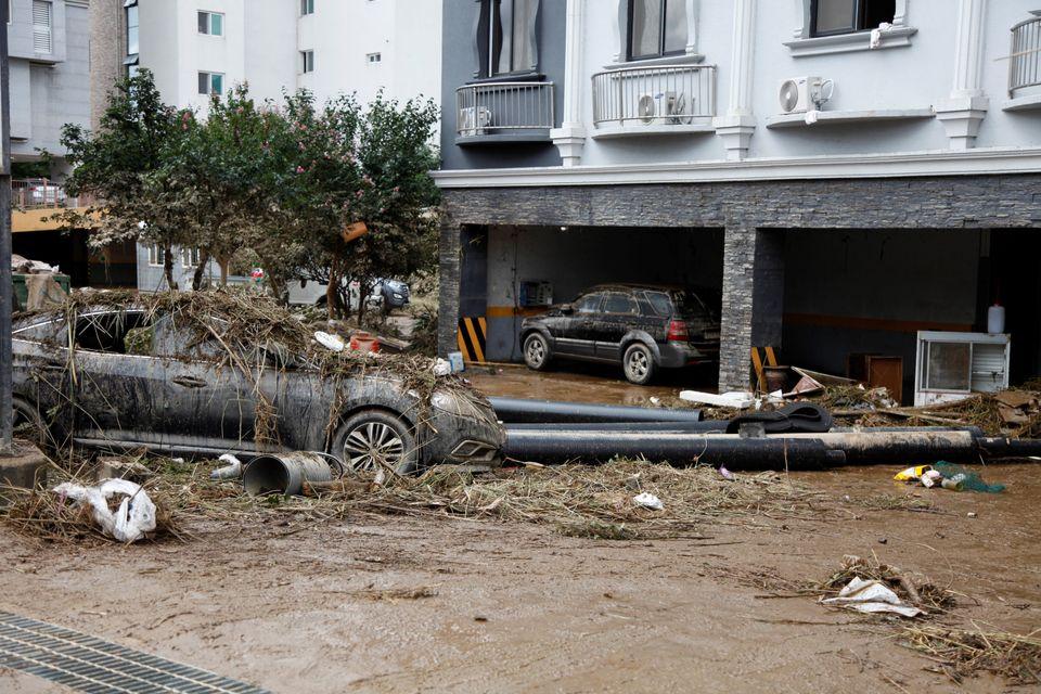 전남 구례군 구례읍의 한 건물 앞, 쓰레기를 뒤집어 쓴 채 주차돼 있는