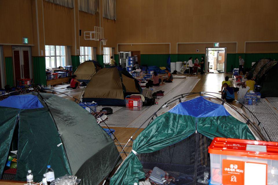 전남 구례고등학교 체육관에서 침수 피해로 갈곳을 잃은 이재민들이 임시로 생활하고