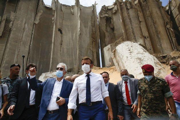 Emmanuel Macron le jeudi 6 août devant le silo à grains du port de Beyrouth, détruit...