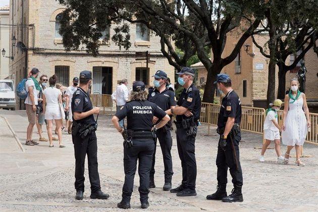 La Policía local de Huesca en la plaza del Ayuntamiento en la mañana del 9 de agosto, cuando...