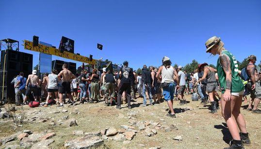 """Plus de 5.000 festivaliers """"confinés"""" sur le lieu de la rave-party en"""