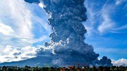Un volcán de Indonesia entra en erupción y expulsa una enorme nube de