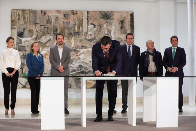 El presidente del Gobierno, Pedro Sánchez, firma el acuerdo para la subida del salario mínimo