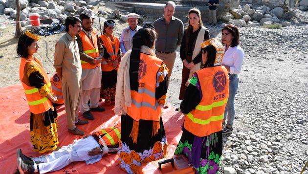 Le duc et la duchesse de Cambridge rencontrent des volontaires de l'ONG Acted à Chitral, au Pakistan,...