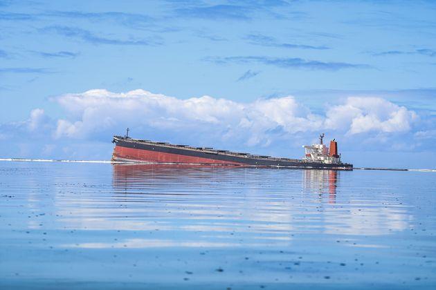 Plus de 1000 des 4000 tonnes de carburant transportées par le MV Wakashio se sont déjà...