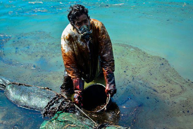 Les bénévoles font de leur mieux pour tenter de limiter les ravages de la marée