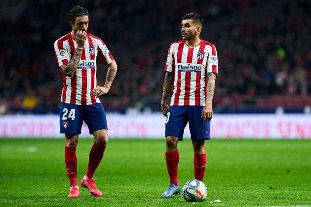 Sime Vrsaljko (I) and Angel Correa (D) conversan durante un partido del Atlético frente al Granada,...