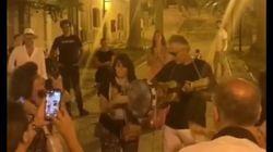 Bocelli improvvisa un concerto in piazza alle isole Tremiti. Niente mascherina, né distanziamento