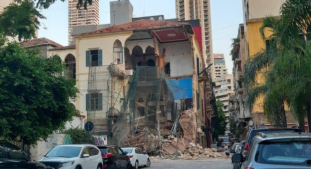 Une photo prise le 5 août 2020 montre une maison partiellement détruite dans le quartier...