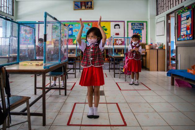 Les enfants apprennent les gestes barrières de manière ludique, en chantant et mimant la...