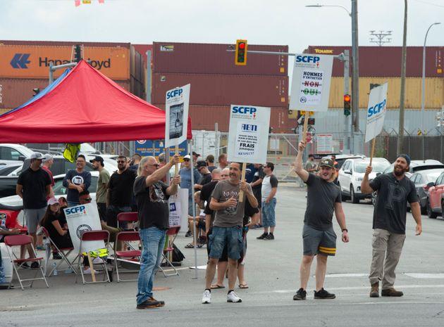 Les débardeurs en grève faisaient du piquetage devant le port, lundi