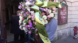 L'omaggio di Sophia Loren per Franca Valeri: rose rosa e orchidee per la camera ardente