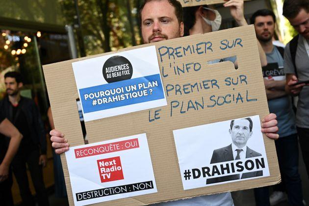 Des employés manifestent le 24 juin 2020 devant le siège d'Altice à Paris en raison...