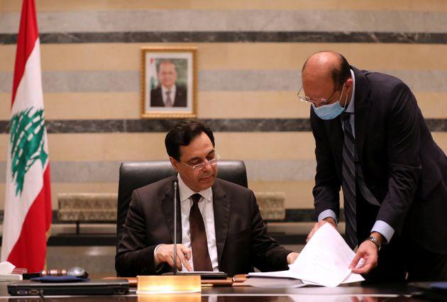 Primeiro-ministro libanês, Hassan Diab, e o ministro da Saúde,Hamad Hasan, no palácio...