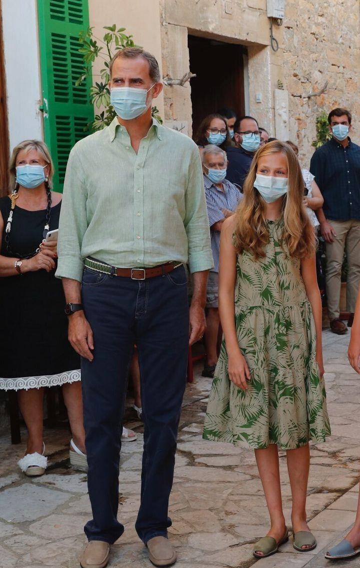 Leonor junto a su padre durante la visita a la localidad mallorquina de Petra.