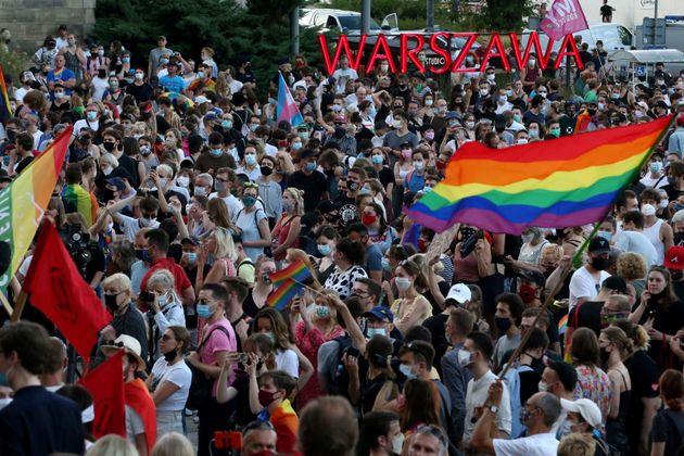 Pessoas protestam em Varsóvia, na Polônia, por direitos