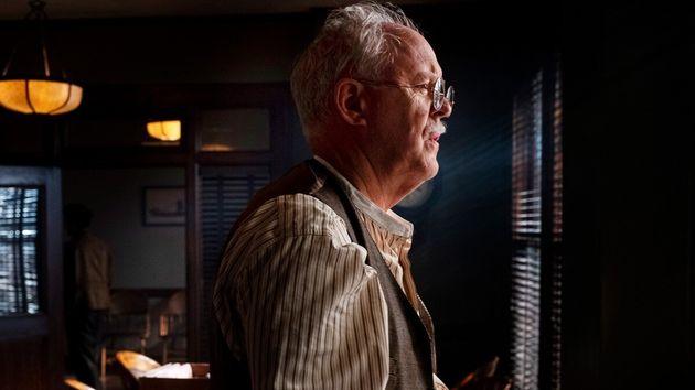 John Lithgow como o veterano advogadoE.B.