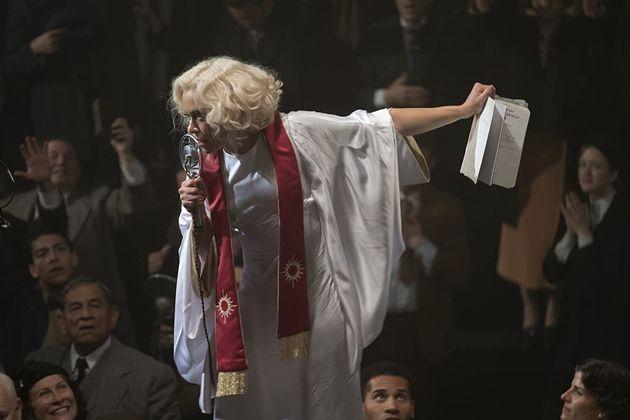Tatiana Maslany como a carismática líder religiosa Irmã