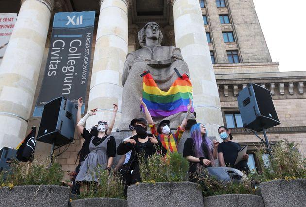 O protesto, que foi realizado de forma pacífica, também estendeu uma bandeira do movimento...