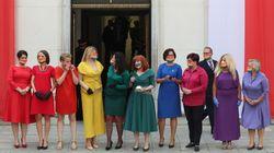 폴란드 국회의원들이 무지갯빛 복장으로 대통령 취임식에 간 이유