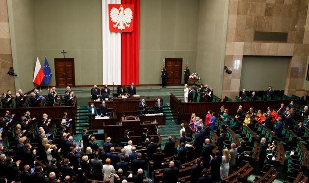 폴란드 국회의원들이 LGBT 커뮤니티에 대한 지지를 보여주기 위해 안제이 두다 폴란드 대통령의 연임 선서식에 무지갯빛 복장으로