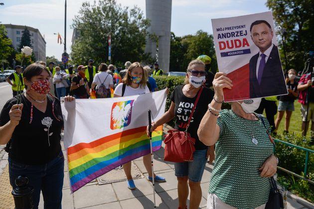 성소수자 탄압 정책을 내세운 안제이 두다 폴란드 대통령에 반발하는
