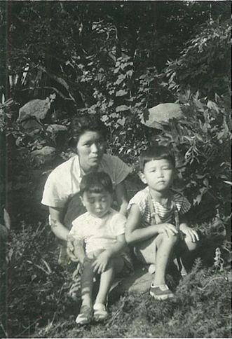 頌子さん(左上)と息子2人
