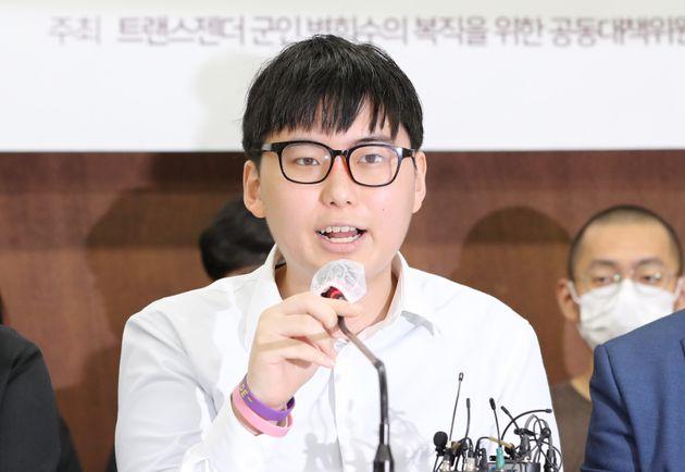 성전환 수술을 받고 강제 전역 판정을 받은 변희수 전 육군 하사가 11일 오전 서울 종로구 참여연대에서 열린 전역 처분 취소 행정소송 제기 기자회견에서 발언하고