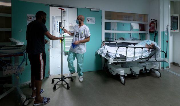 Le nombre d'hospitalisations pour une infection au Covid-19 a augmenté pour la première fois depuis trois...