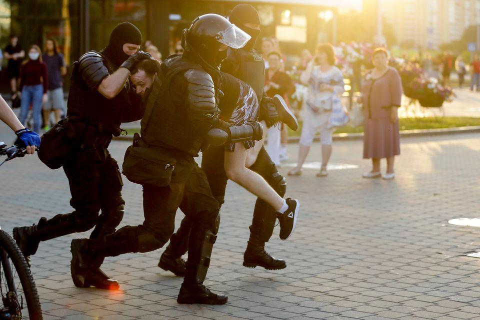 Οργιο αστυνομικής βίας για δεύτερη νύχτα στη Λευκορωσία - Νεκρός διαδηλωτής και ανοιγμένα