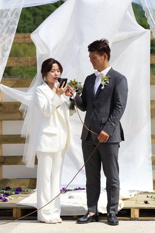 #너의결혼식 : 마을에서 '성 평등' 결혼식 올린 신부는 멋진 웨딩슈트를 입었다
