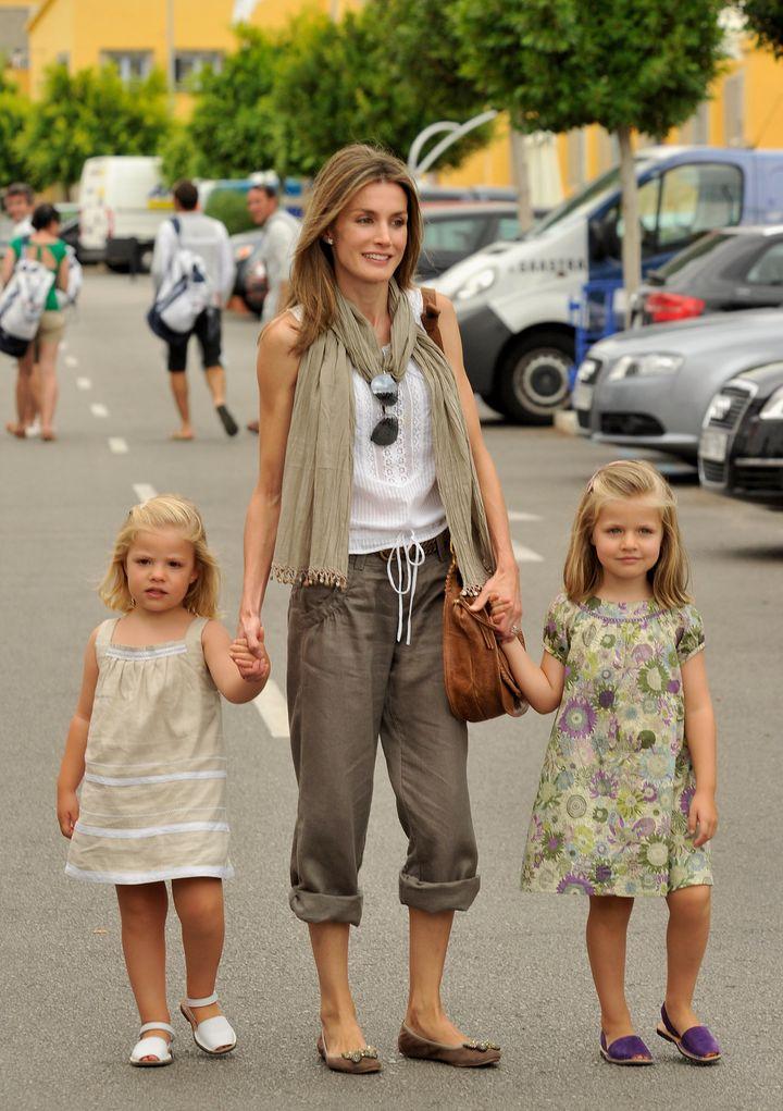 La reina Letizia, entonces princesa, con la princesa Leonor y la infanta Sofía en Mallorca el 3 de agosto de 2010.