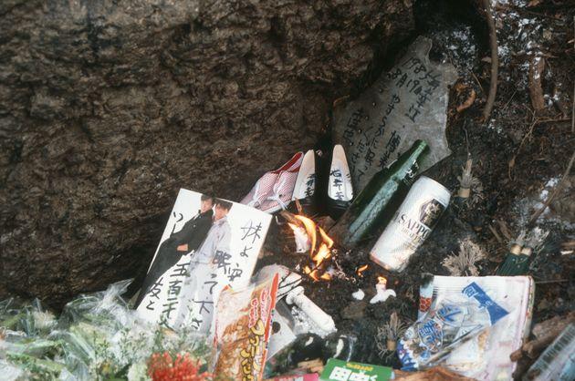 遺族らによって日航機墜落現場に供えられた犠牲者を供養する品々(1989年8月、群馬県上野村の御巣鷹の尾根)