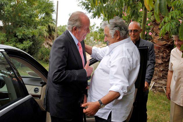 El rey Juan Carlos y José Mujica, en la granja del entonces presidente de Uruguay, en